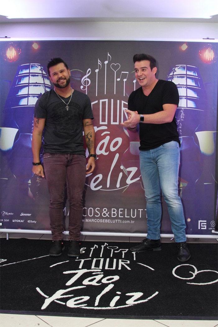 Giba dá beijão em namorada em show de Marcos e Belutti