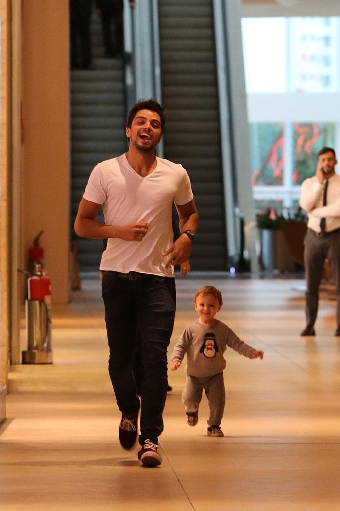 Rodrigo e Felipe Simas se divertem em família