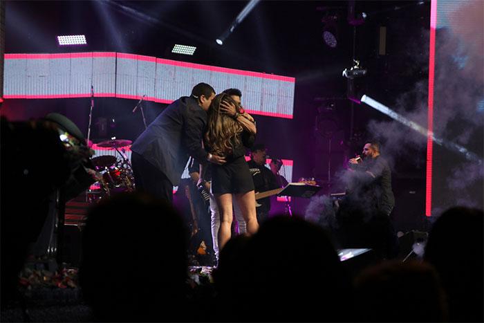 Fã invade palco e e agarra Zezé Di Camargo durante show