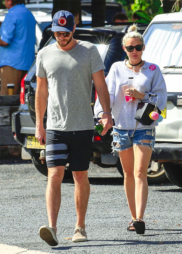 Miley Cyrus e Liam saem de mãos dadas após negarem noivado