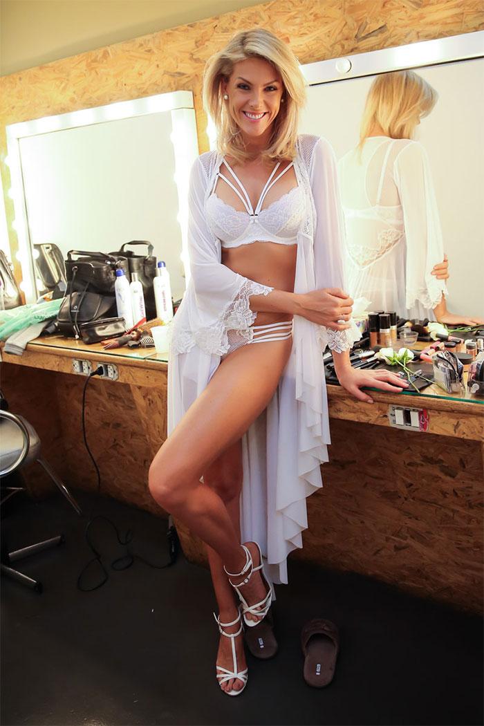 Maravilhosa! Ana Hickmann posa só de lingerie para campanha