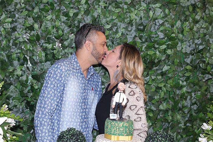 MC Gui troca beijos com a namorada em aniversário do pai