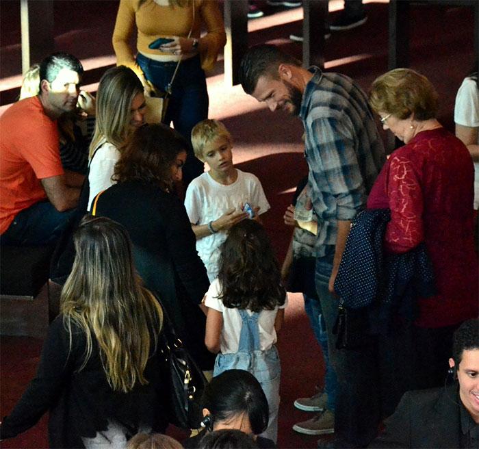 Fernanda Lima e Rodrigo Hilbert levam gêmeos para o teatro
