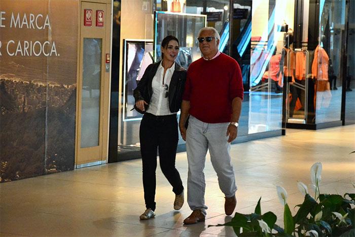 Antônio Fagundes faz passeio agarradinho com namorada