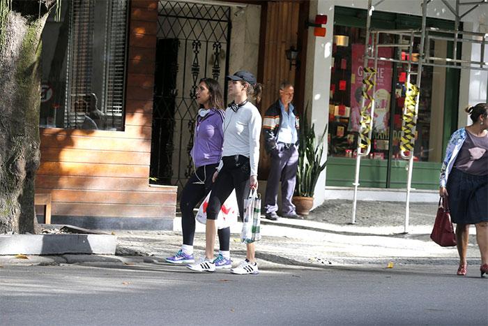 Letícia Birkheuer faz passeio fitness com a amiga no Leblon