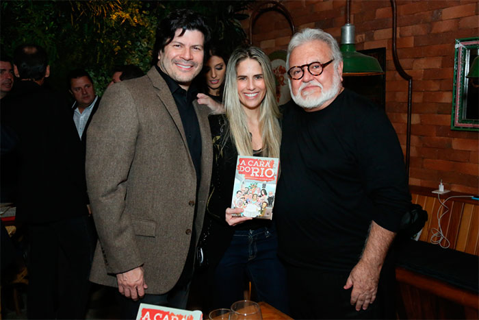 Paulo Ricardo e sua namorada prestigiam lançamento de livro