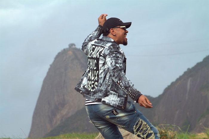 Naldo Benny dá uma de modelo em cenário paradisíaco no Rio