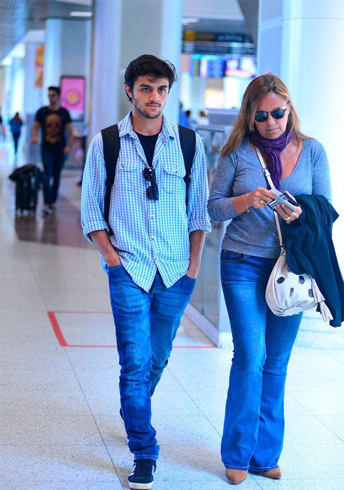 Com a mãe, Rodrigo e Felipe Simas deixam o Rio de Janeiro
