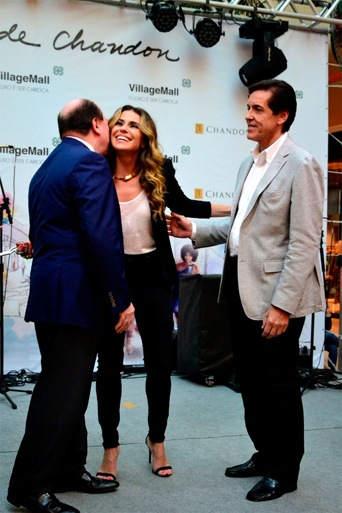 Giovanna Antonelli esbanja elegância e charme em evento