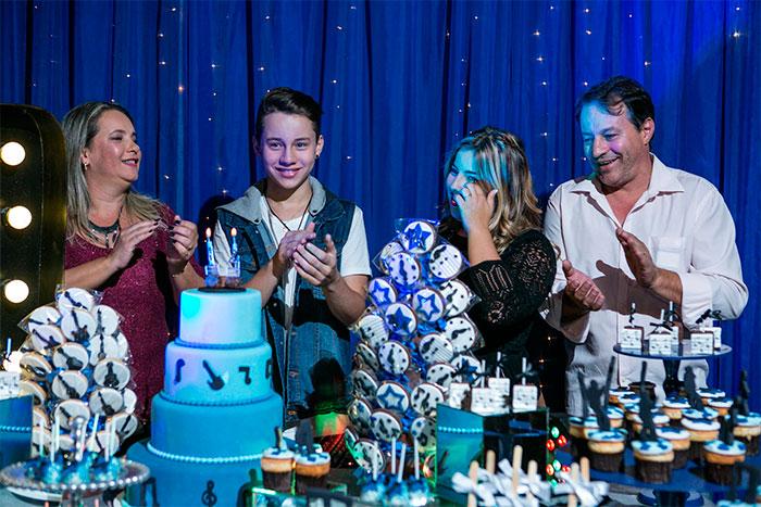 Léo Belmonte comemora aniversário com amigos e família