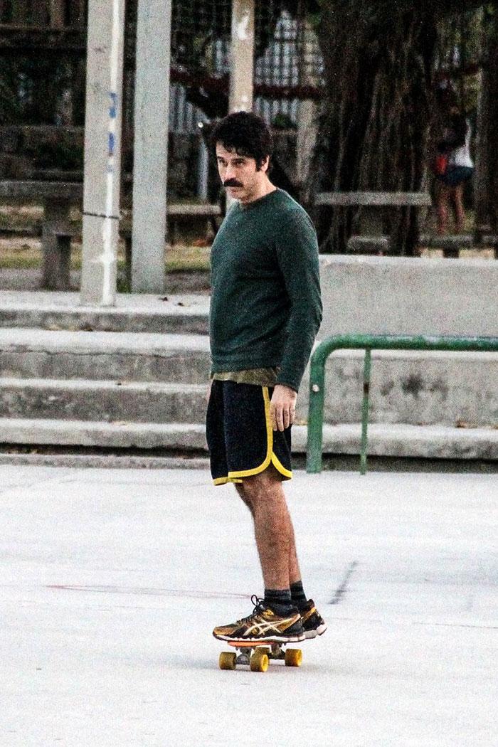 Eriberto Leão anda de skate e curte tarde com o filho