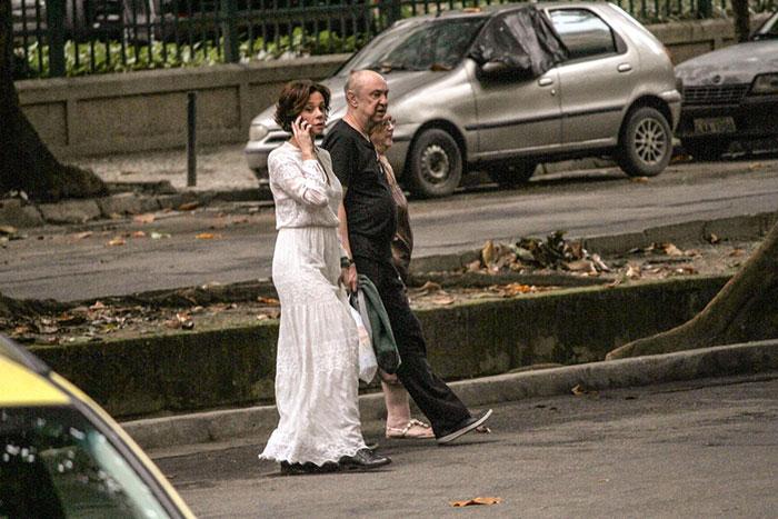 Vanessa Gerbelli passeia com amigos em shopping