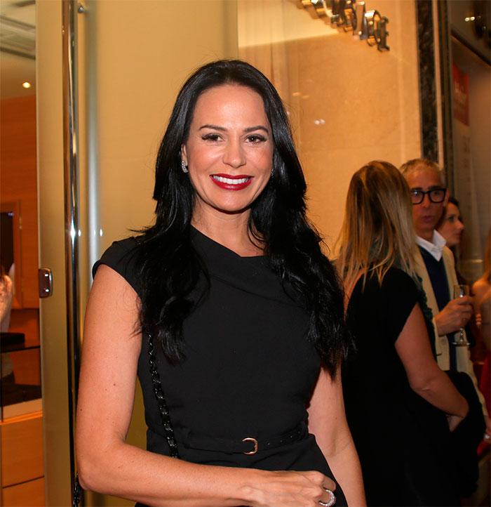 Mirella Santos rouba a cena com decotão
