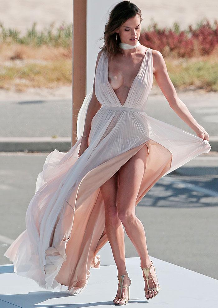 Alessandra Ambrósio deixa seio à mostra em ensaio