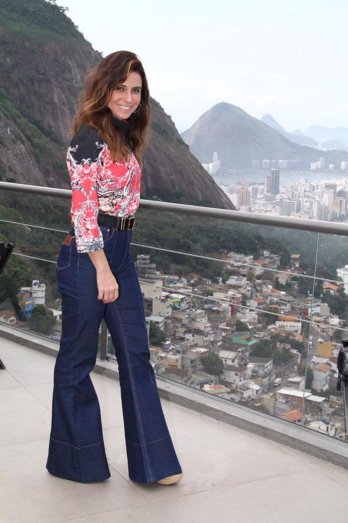 Giovanna Antonelli exibe o novo visual em evento no Vidigal