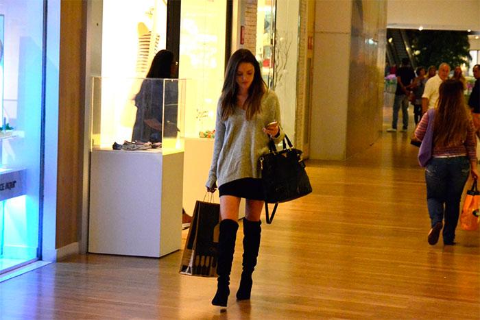 Isabelle Drummond  é puro estilo em shopping do Rio de Janeiro