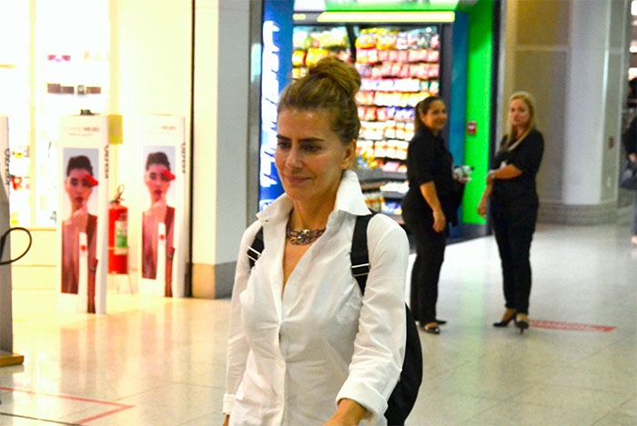 Maitê Proença embarca elegante em aeroporto carioca