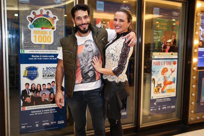 Natallia Rodrigues e noivo dão beijão após estreia de peça