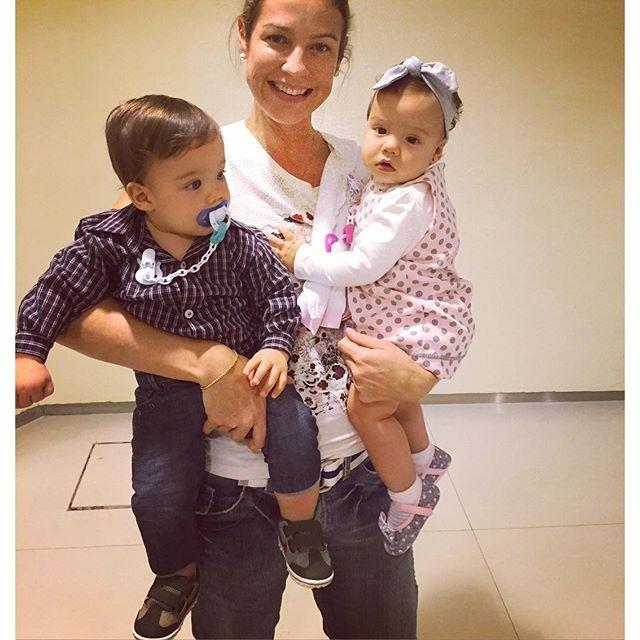 Fofura! Luana Piovani posa com os gêmeos, Bem e Liz