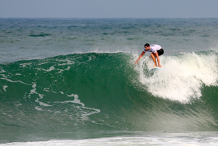 Físico de Cauã Reymond chama a atenção durante surfe