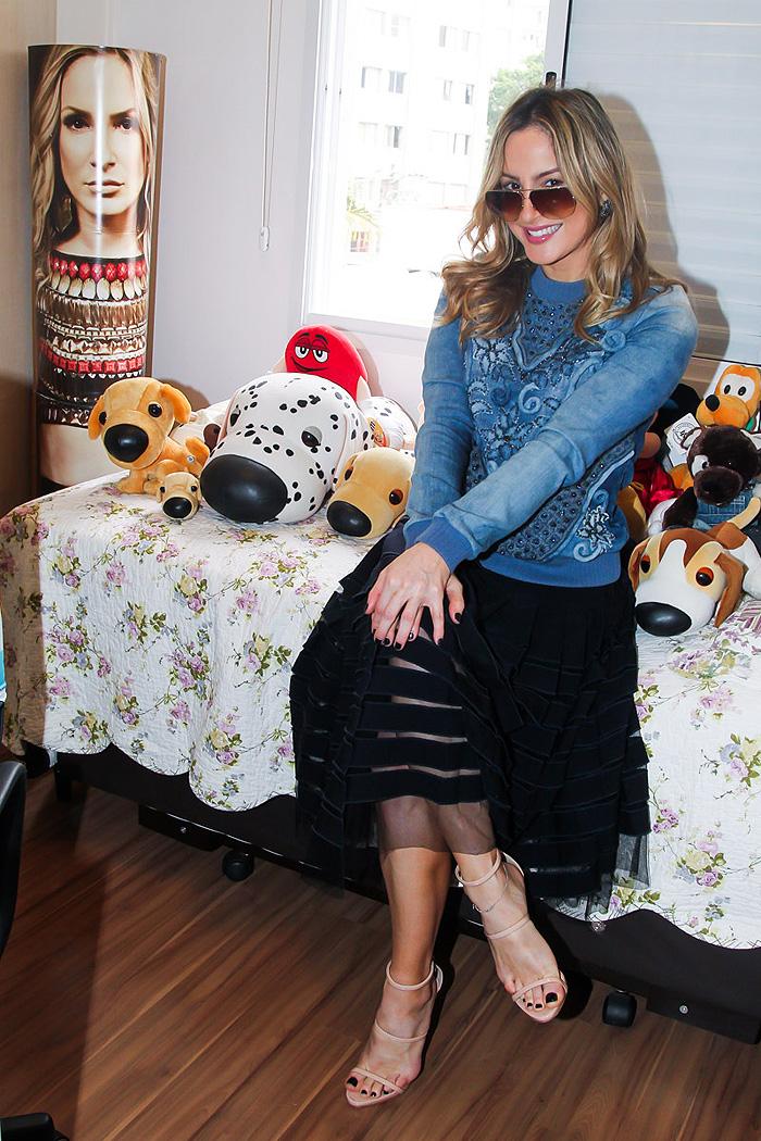 Claudia Leitte faz pocket show na casa de fã