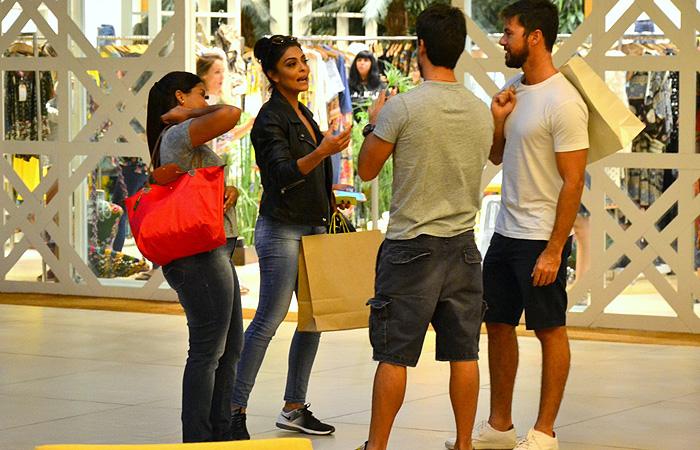 Marido de Juliana Paes vira fotógrafo em passeio em shopping