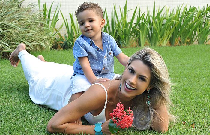 Dia das Mães! Janaína Santucci posa com o filho Davi