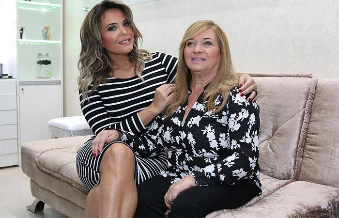 Geisy Arruda leva a mãe em evento de beleza em SP
