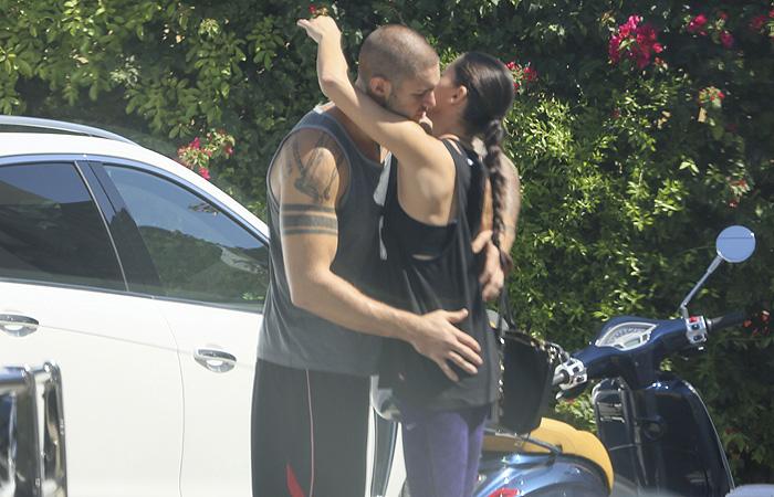 Adriana Lima leva 'mão boba' do namorado em Miami