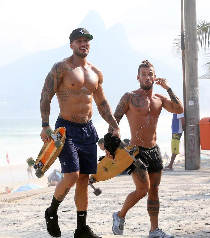 Lucas Lucco malha na orla carioca e mostra seu corpo sarado
