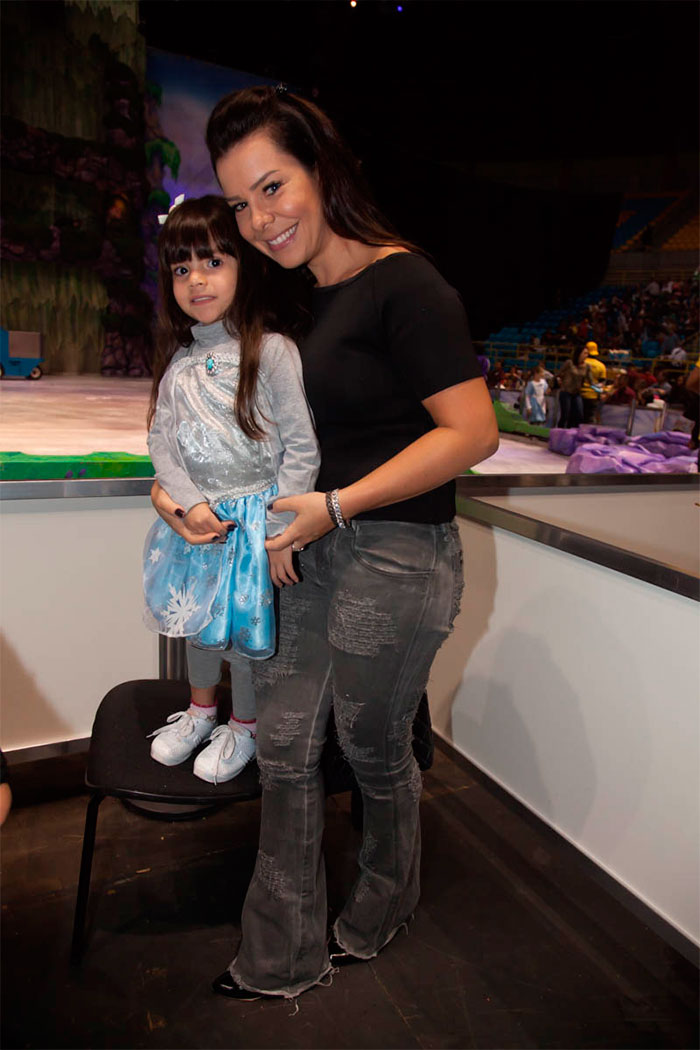 Fernanda Souza curte espetáculo no gelo com a sobrinha
