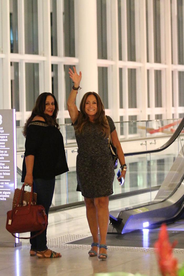 Susana Vieira se diverte com amigos em shopping do Rio