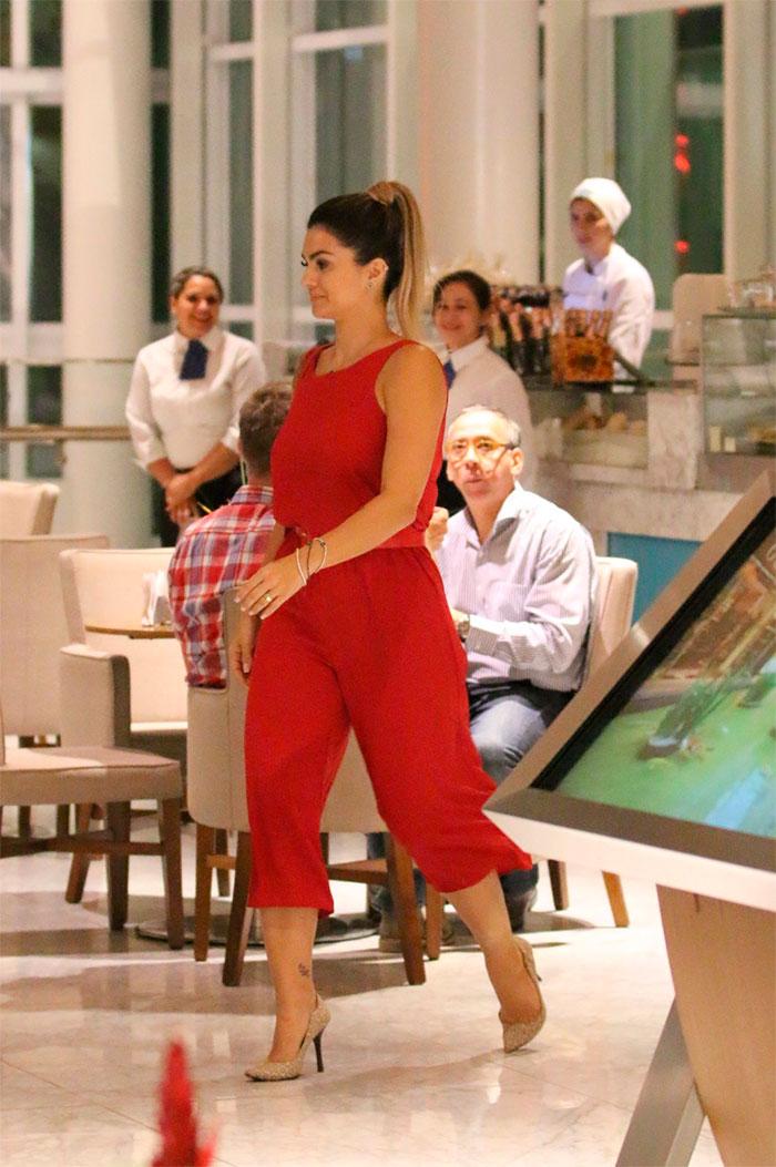 Kelly Key usa look vermelho e esbanja elegância em passeio