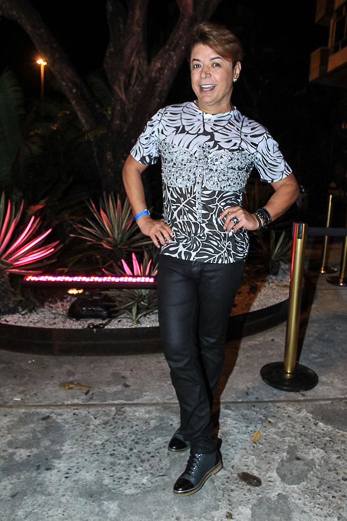 Anitta aposta em vestido justo com pernas de fora para festa
