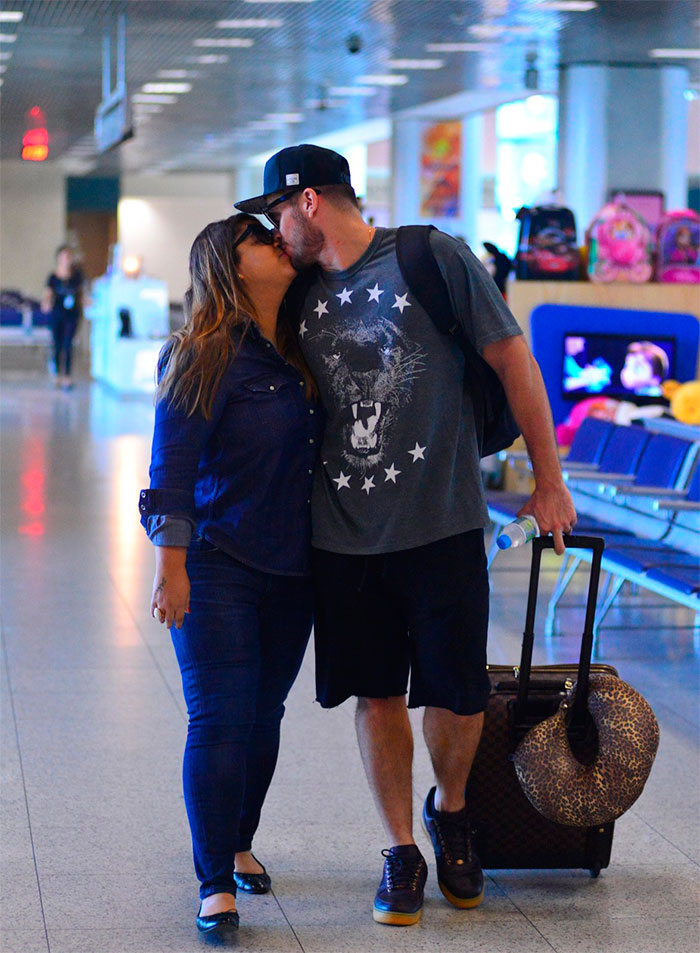 Preta Gil troca beijos com o marido antes de deixar o Rio