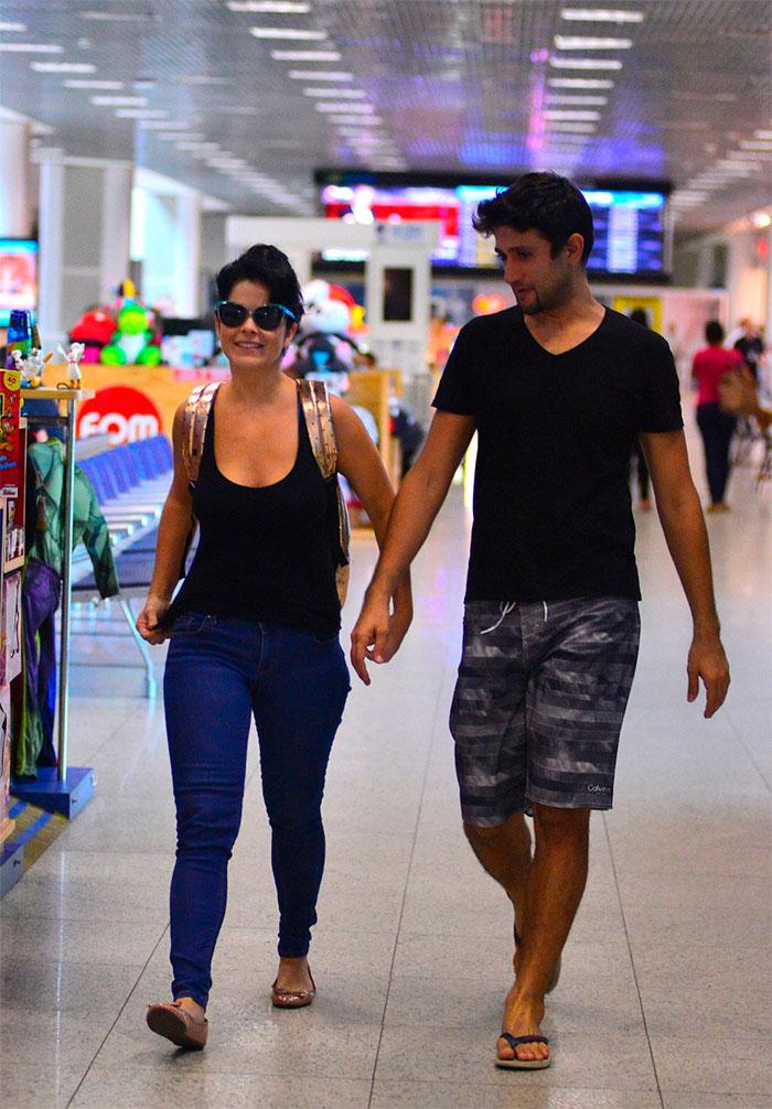 Samara Felippo e Elídio Sanna não se desgrudam em aeroporto