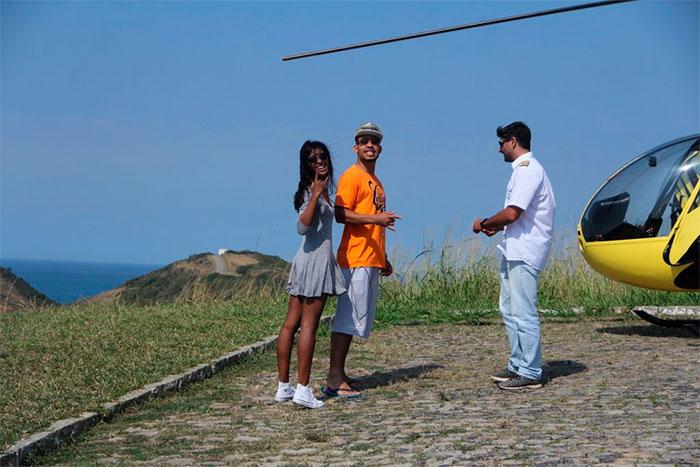 Mussunzinho curte passeio de helicóptero com a namorada