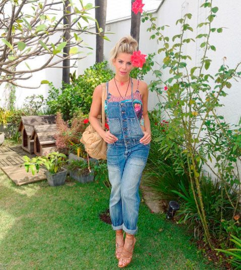 Karina Bacchi posa em jardim e recebe elogios dos fãs