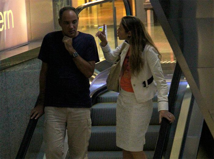 Luana Piovani se diverte com amigo em shopping do Rio