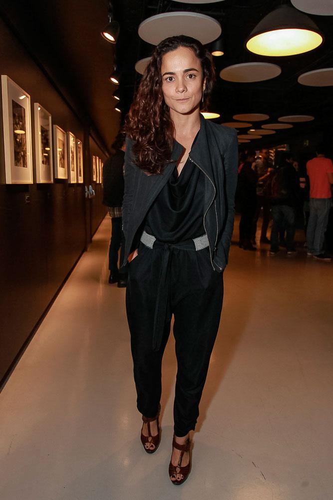 Alice Braga marca presença em pré-estreia de filme