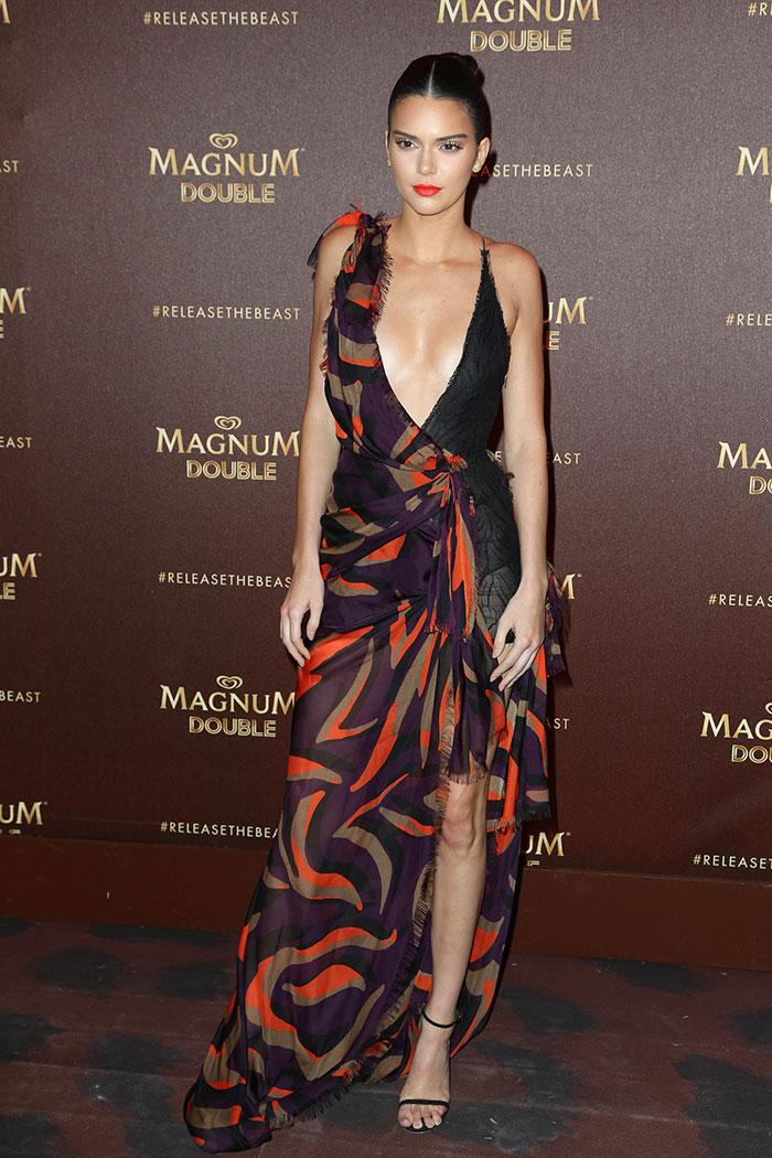 Kendall Jenner hipnotiza com decotão no Festival de Cannes