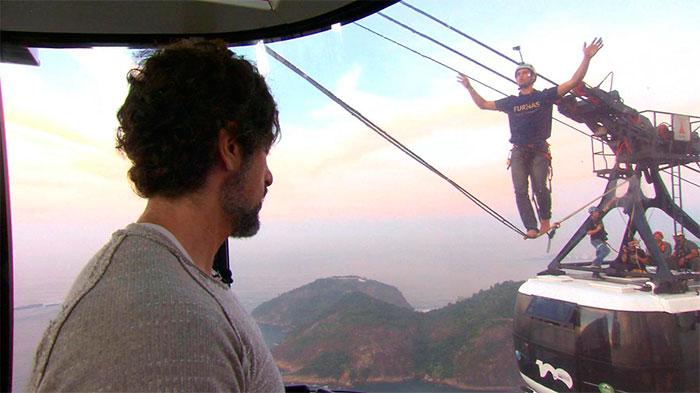 Marcos Mion e Juju Salimeni gravam desafio de highline