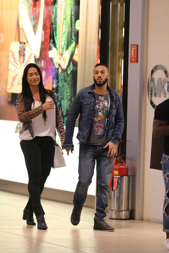 Belo e Gracyanne Barbosa desfilam grudadinhos por shopping