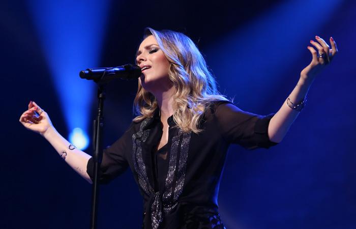 Sandy recebe famosos em show intimista no Rio de Janeiro