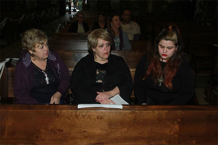 Famosos e amigos vão à missa de sétimo dia de Cauby Peixoto