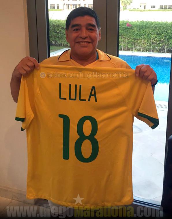 Maradona posta foto com camisa do Brasil e apoia Lula