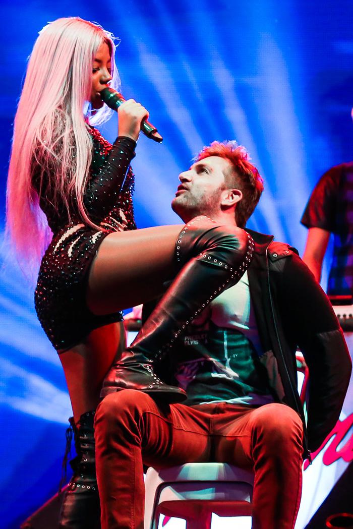 Ludmilla seduz e insinua beijo em fã no palco durante show