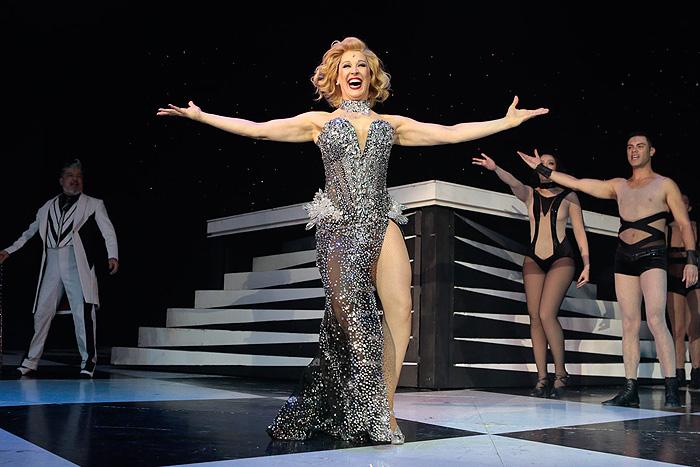 Claudia Raia mostra os pernões em vestido com fenda em peça