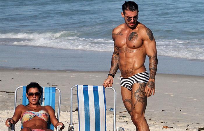 Lucas Lucco e suposto affair passeiam de mãos dadas na praia