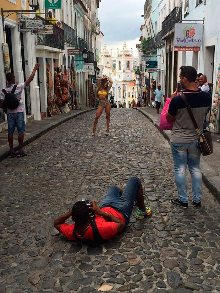 Denise Dias posa de biquíni no Pelourinho, na Bahia